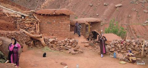 Photo: ženy tu divnou návštěvu monitorujou z povzdálí