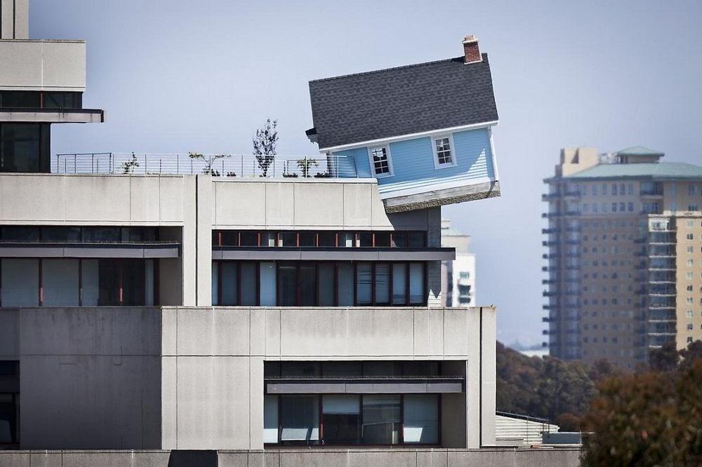 Fallen Star, a casa que se equilibra em cima de um prédio