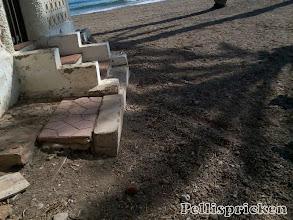 Photo: Nu har vi kommit ut på udden. Tänk att bo så här. Bara en trappa ner till stranden och havet