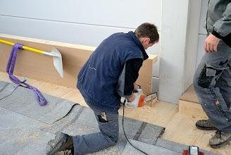 Photo: 09-11-2012 © ervanofoto Nu de muur afgewerkt is kan ook het houten dak aangewerkt en aangepast worden.