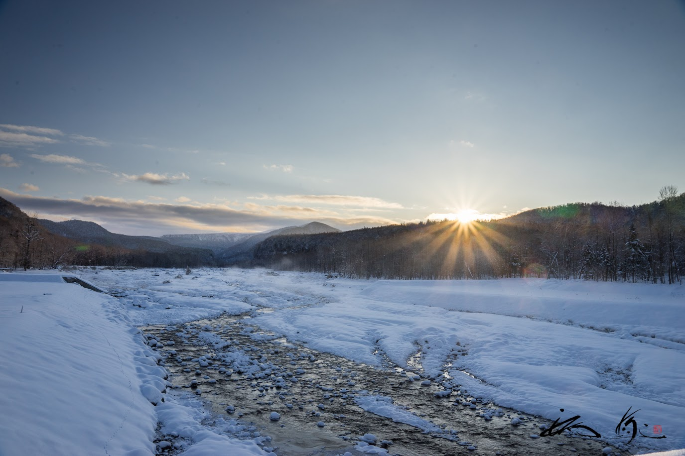 川辺に昇る朝陽