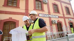 Los obreros revisan los planos de los trabajos que están ejecutando en la estación.