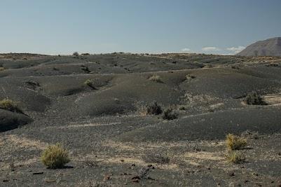 Hügel aus kleinen schwarzen Steinen in der Tankwa Karoo