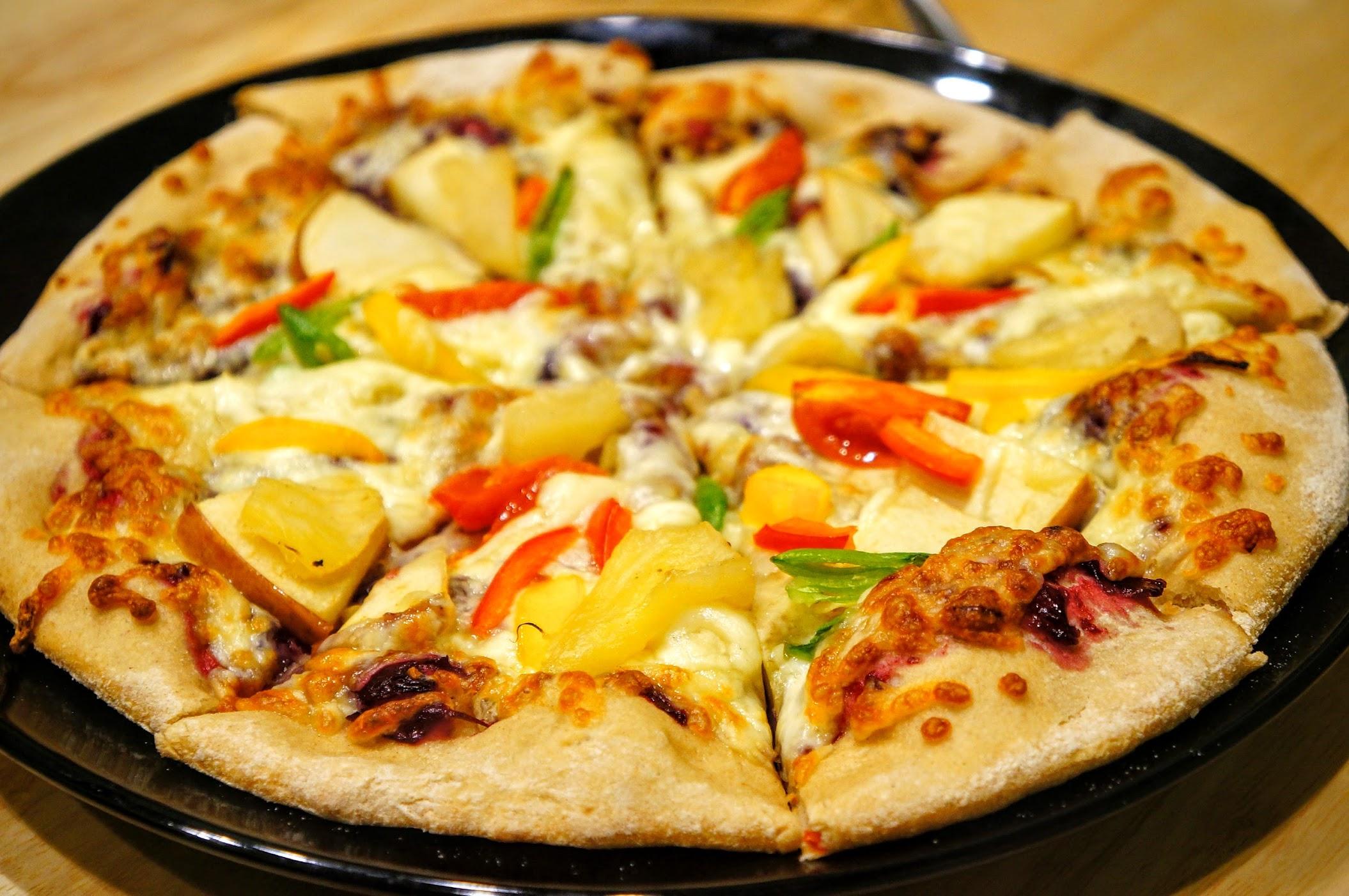 水果手工窯烤披薩,上頭有蔬菜與水果,底下餅皮脆
