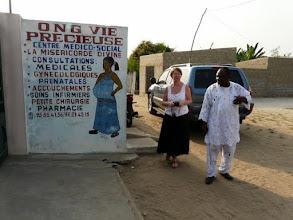 Photo: Nous passons saluer le médecin-chef et le personnel de ce centre de santé qui bénéficie du matériel du CTM