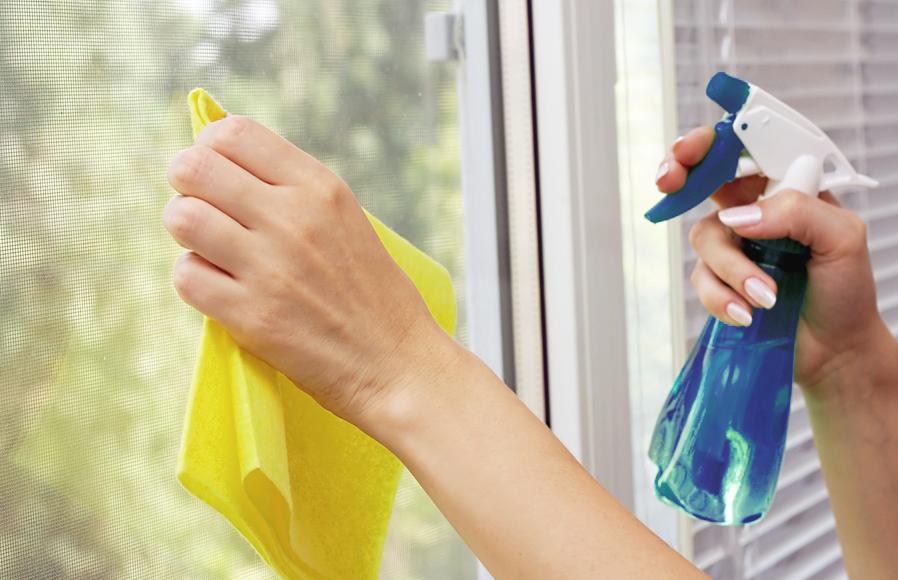 Cửa kính cường lực được vệ sinh dễ dàng nhờ chất tẩy rửa chuyên dụng
