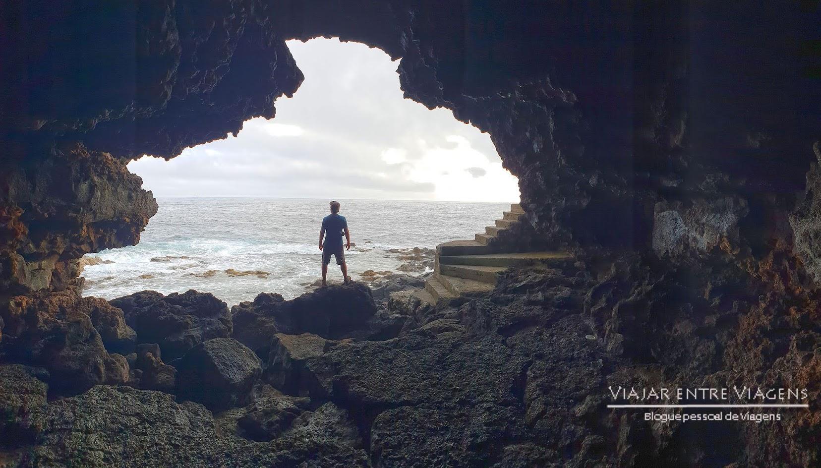 Entrar na Gruta das Agulhas, na ilha Terceira