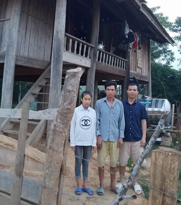 Bố con anh Châu (chồng chị Hoa) bên ngôi nhà của mình