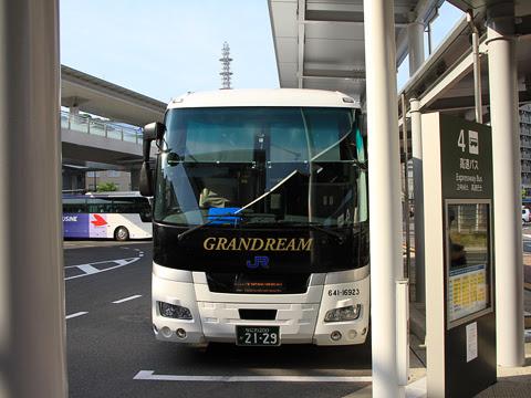 西日本JRバス「グラン昼特急大阪6号」 641-16923 広島駅新幹線口改札中