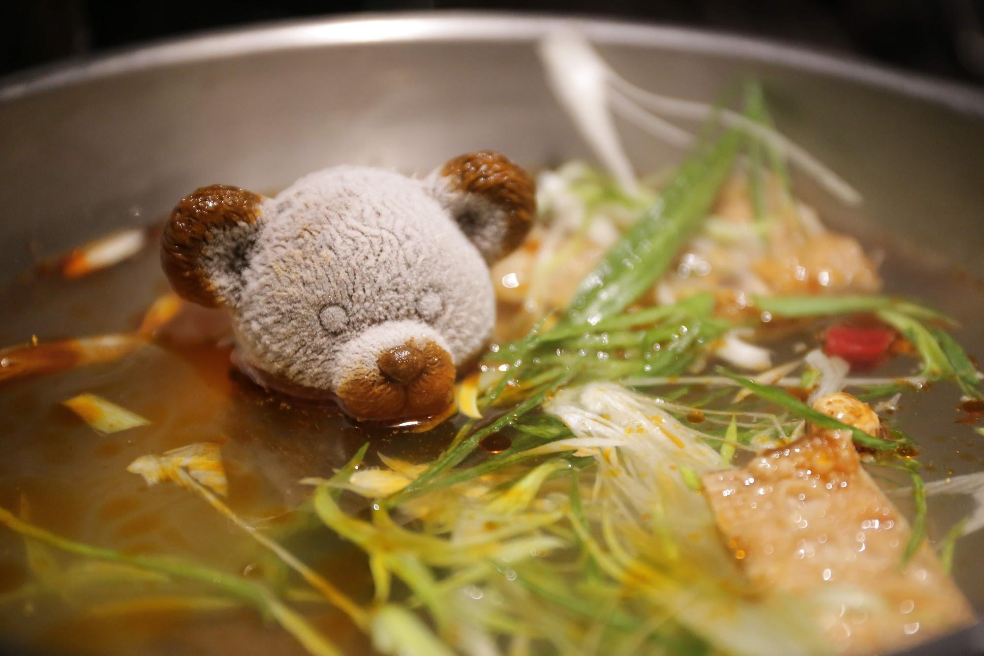 小熊是冷凍的,倒入水後,開火,就漸漸的消失變成純正麻辣鍋XD