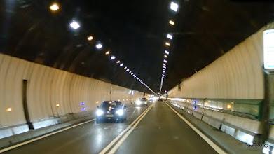 Photo: U tunelu moraš voziti sporo i puštati 150 metara razmaka od drugog auta, to ti obilježavaju plave lampice sa strane
