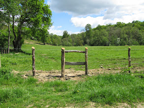 Photo: Passer par l'accès aménagé, et toujours tout droit à travers champ