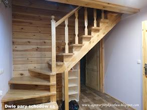 Photo: Schody drewniane na drugą kondygnację. Są dwie pary takich schodów.