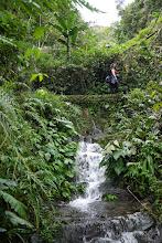 Photo: Noise traversant la source d'eau potable alimentant Batad.
