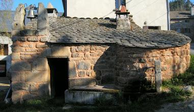 Photo: L'ancienne cloche de l'école, installée sur le toit de l'ancien four à pain