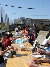 Photo: un repas sous le soleil, en toute convivialité