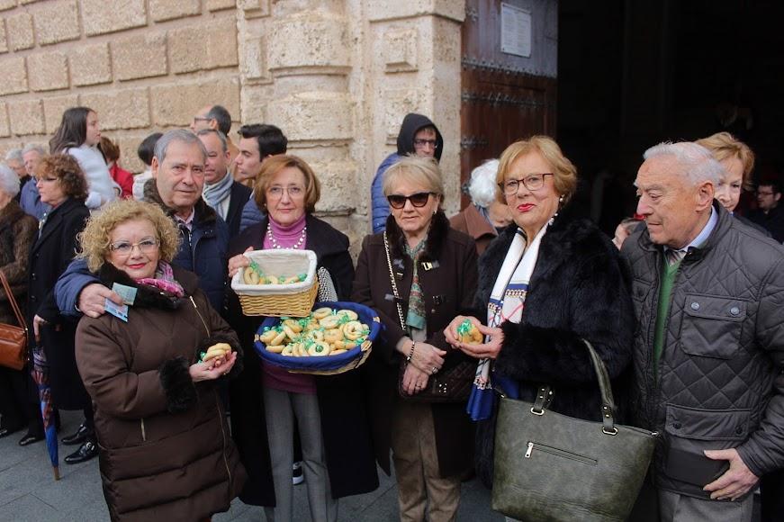 Mostrando los tradicionales roscos de San Antón.
