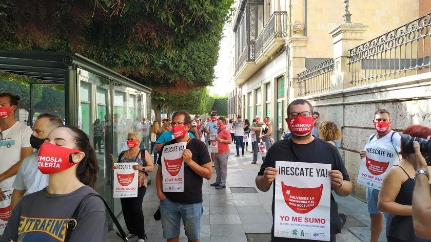 Los hosteleros, durante una protesta en septiembre, en el centro de la capital.