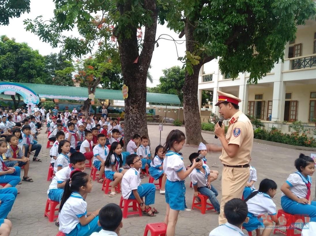 Đội CSGT Công an huyện Nghi Lộc tuyên truyền, phổ biến Luật Giao thông đường bộ cho học sinh trên địa bàn
