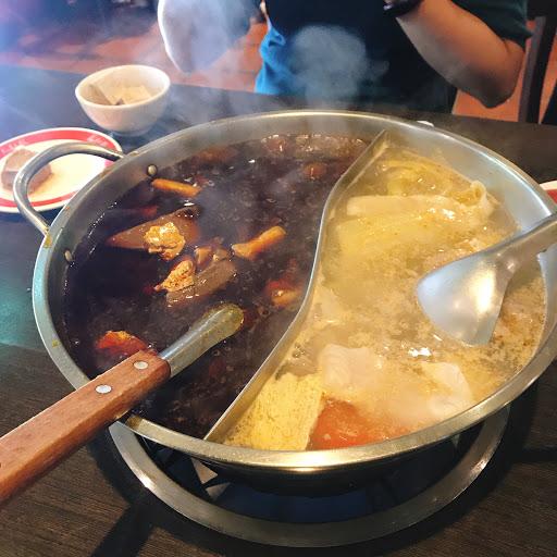 麻辣湯底有鴨血豆腐 很好吃👍 羊肉不好吃 豬肉還ok  魚片 蝦漿 好吃 👍 選擇不多樣 為了麻辣湯底來的Ok