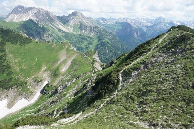 Blick auf Zirlsegg Gaishorn Rauhhorn Hochvogel und Kammpfad Allgäu Tirol