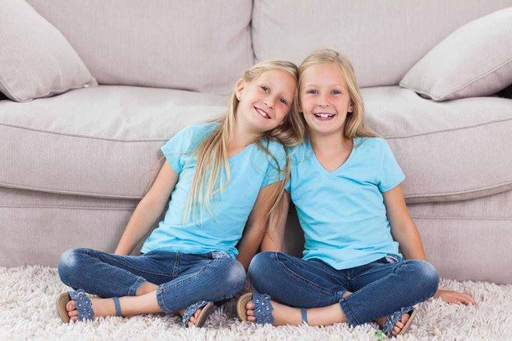 http://streaming.yayimages.com/images/photographer/wavebreakmedia/6a1f53e121d39602fb021c459fbda082/twins-sitting-on-a-carpet.jpg
