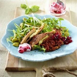 Nussiges Austernpilz Cordon bleu mit grünem Salat und zweierlei Preiselbeer-Soßen