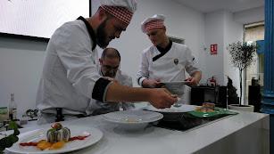Chefs elaborando el menú.