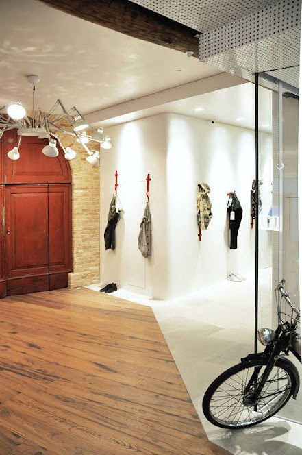 trưng bày quần áo cửa hàng