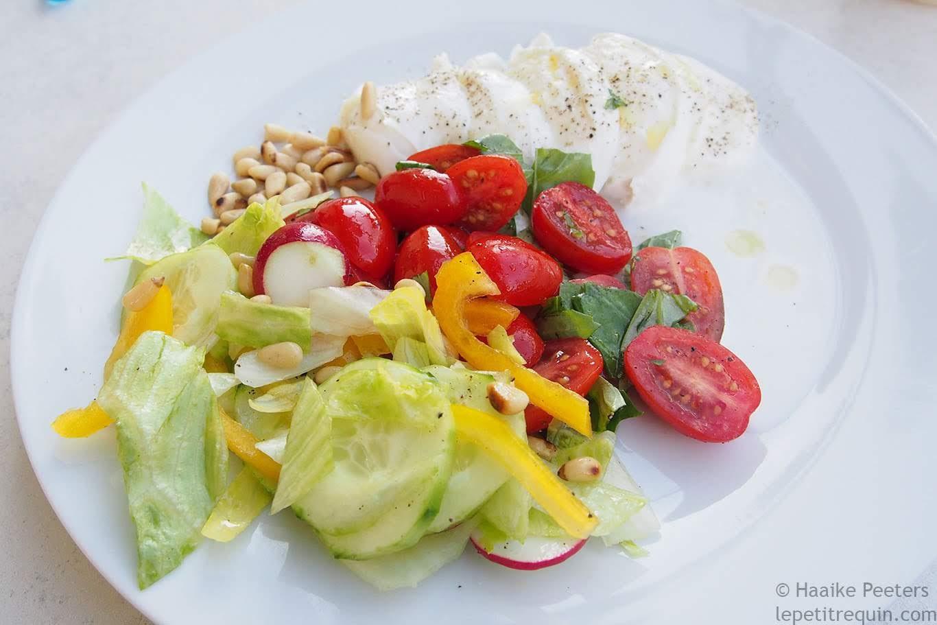 Salade met tomaat, mozzarella, basilicum en pijnboompitten (Le petit requin)