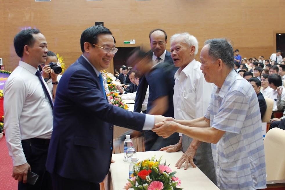 Đồng chí Vương Đình Huệ - Phó Thủ tướng Chính phủ thăm hỏi sức khỏe các đại biểu là cán bộ lão thành Điện lực Nghệ An.