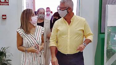 El alcalde de Huércal, Ismael Torres, junto a la delegada del Gobierno de la Junta en Almería, Maribel Sánchez