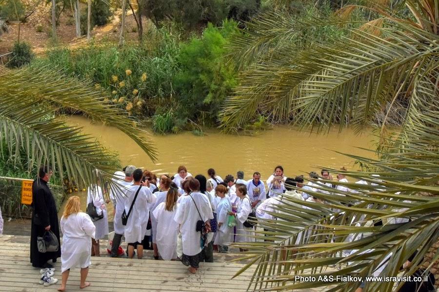 Каср эль Яхуд – истинное место Крещения Иисуса Христа. Паломники опускаются в Святые воды реки Иордан.