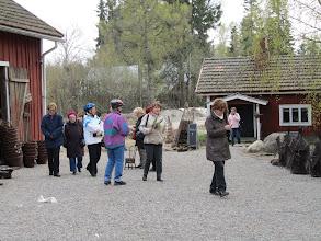 Photo: Sivupolkuja Jusslan pihalle, takana saunarakennus jossa nyt pupuja.