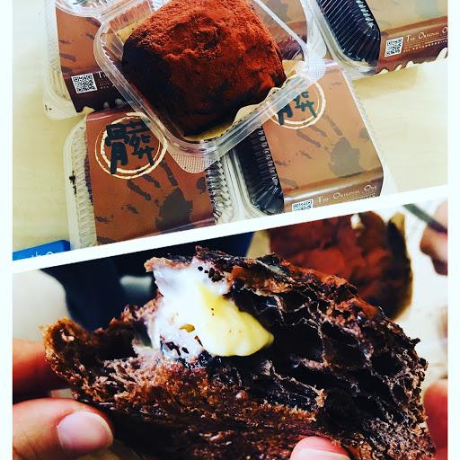終於緩慢的跟上了髒髒包的潮流, 內餡卡士達醬和巧克力塊,讓口感變更有層次了! #我喜歡這種苦甜巧克力的味道