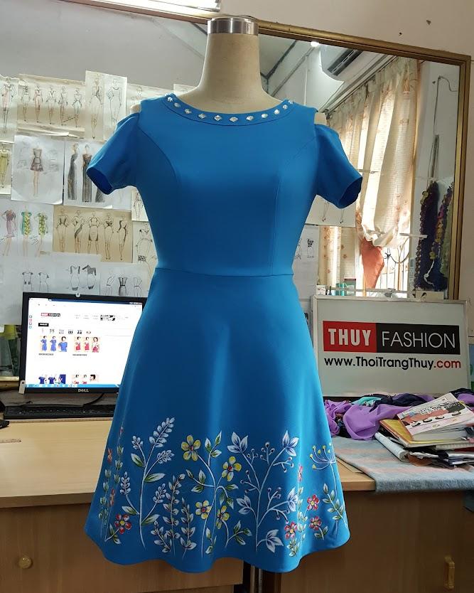 Váy vẽ tay họa tiết hoa nhí với kiểu dáng váy xòe V422