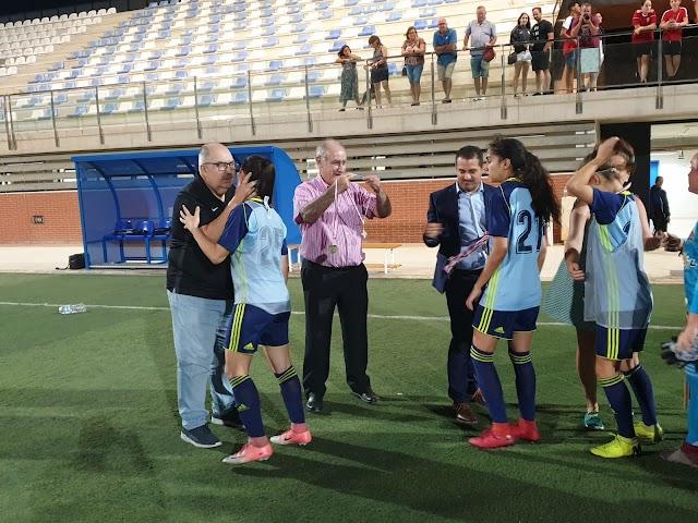 Las jugadoras del Almería reciben la medalla de plata.