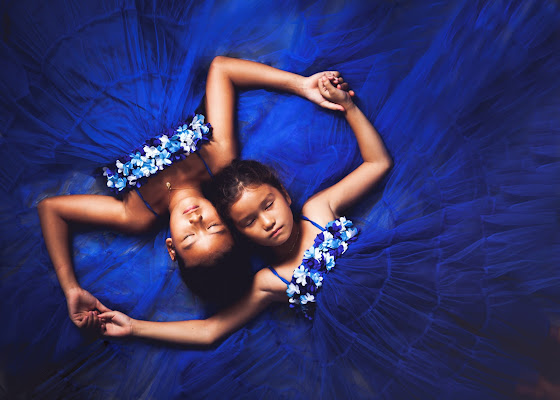 Sisters in blue di Laura Benvenuti