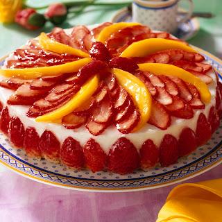 Kokos-Rum-Torte mit Erdbeeren und Mango