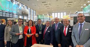 Las distintas autoridades visitando el stand de Vicasol en Fruit Logística 2020.