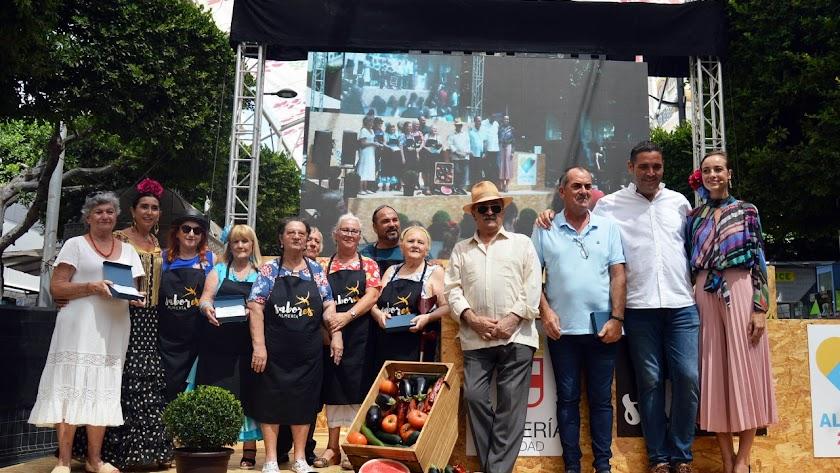 Los concejales junto a los homenajeados de la gastronomía almeriense.