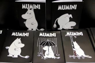 Photo: Krasni zvezki, da si bo lažje zapomniti muminmodrosti. V šestih različnih motivih: Mumin je presenečen, Mumin ob drevesu, Mumin pod dežnikom, Mumin razmišlja, Mumin se ozira in razposajeni Mumin. http://www.sanje.si/knjigarna/mumini-zvezek4.html