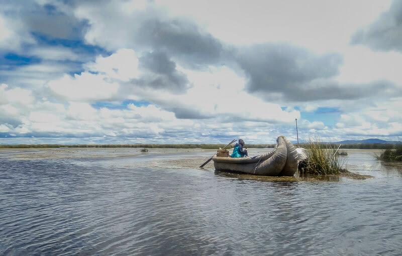 totoro+reed+handmade+boat+islas+de+uros+indigenous+man+puno+lago+titicaca+peru+south+america