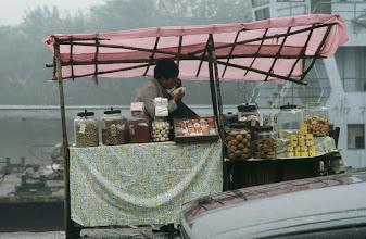 Photo: 04584 珠海市/風景/フェリー乗り場売店/タバコ/サトウキビ/ジュース/カンヅメ/ウリの種など