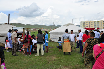 Photo: Naadam - C'est le nom de la fête nationale en Mongolie. Elle dure jusqu'à 3 jours à compter du 11 juillet. A cette occasion, des camps de yourtes sont édifiés en périphérie pour accueillir des épreuves sportives, et leurs foules de spectateurs. Nous faisons étape dans une ville à 30 km d'Ulan Bator, pour assister à quelques épreuves.