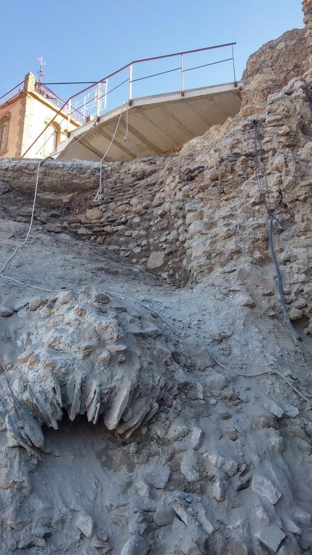 Restos del torreón descubierto en la parte baja de la imagen.