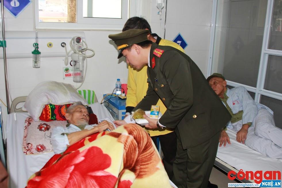 Chi đoàn Báo Công an Nghệ An thăm hỏi, tặng quà cho các bệnh nhân đang điều trị tại bệnh viện