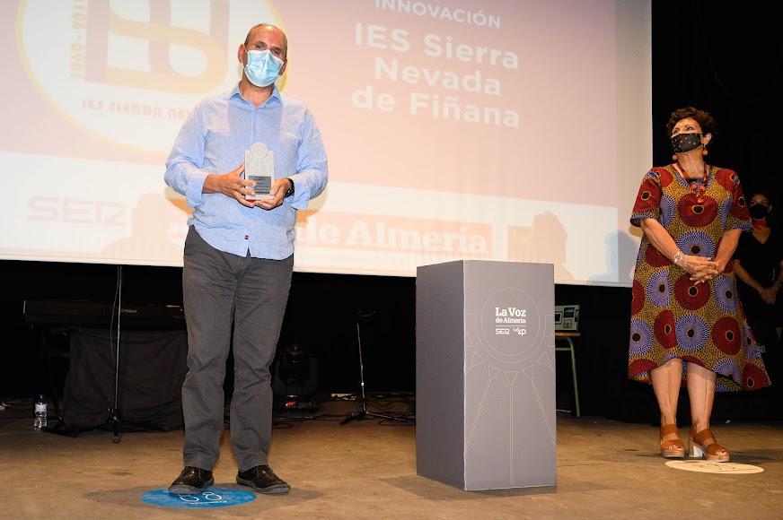 Premio Innovación para el IES Sierra Nevada de Fiñana, un centro educativo que comenzó su andadura en 1969. Lo ha recogido su director, Luis María Lombardero.