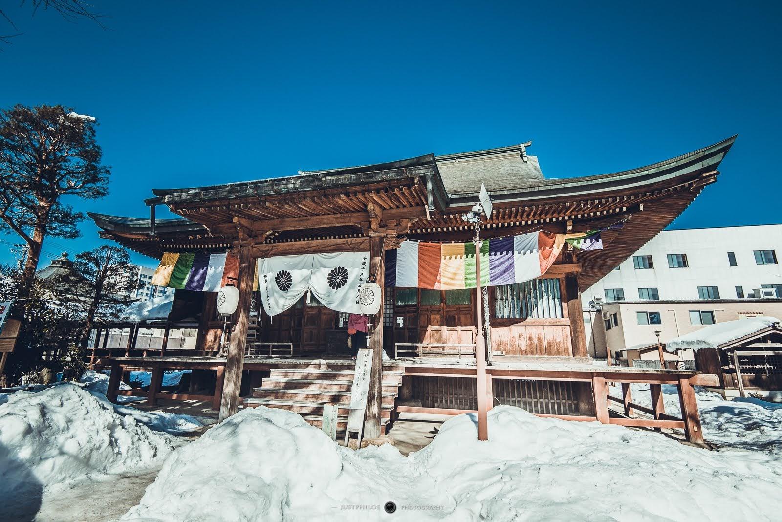 日本室町時期重建的正殿(日本重要文化遺產),安置藤原時期的正尊藥師如來坐像(重要文化遺產)以及正尊聖觀世音菩薩立像(重要文化遺產)。