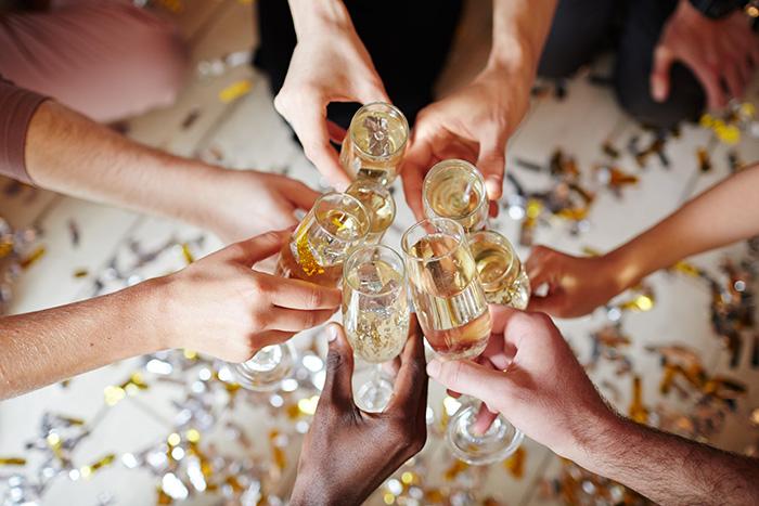 El Año Nuevo se recibe con el clásico brindis de champán